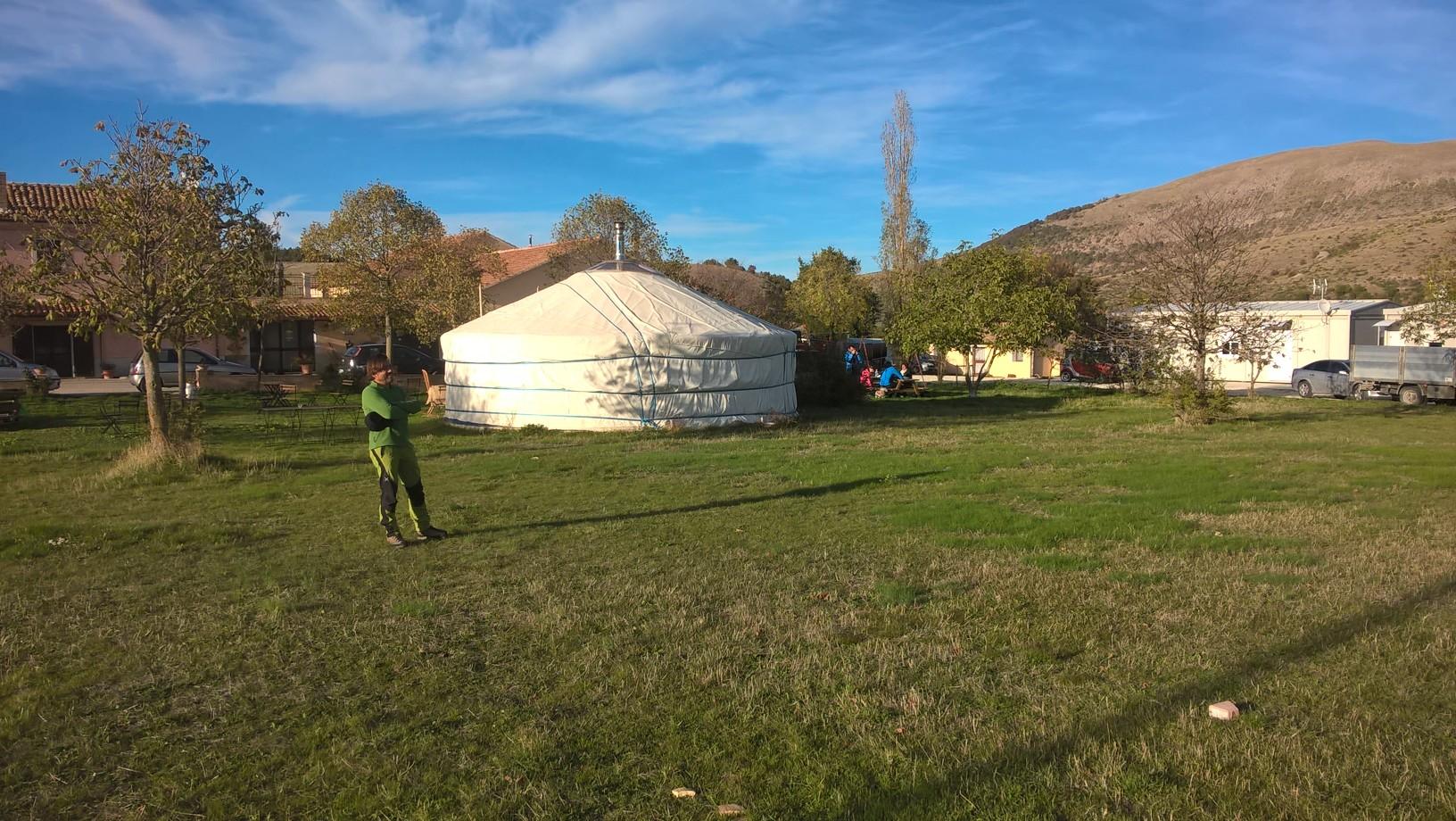 Una yurta sull'Appennino tra pecore e terremoto